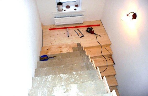 Установка ступеней – начинаем с бетонного основания и подложки