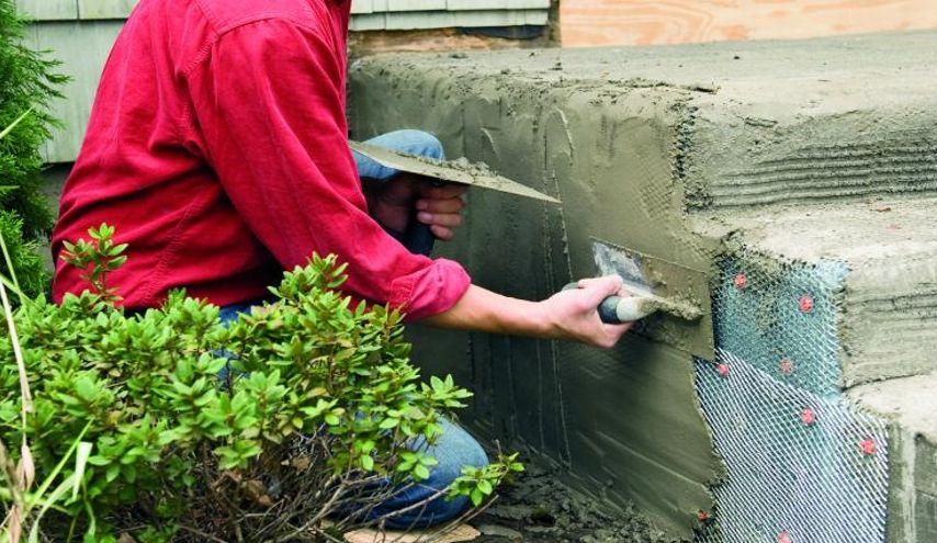 Нанесение бетонного раствора на сетку