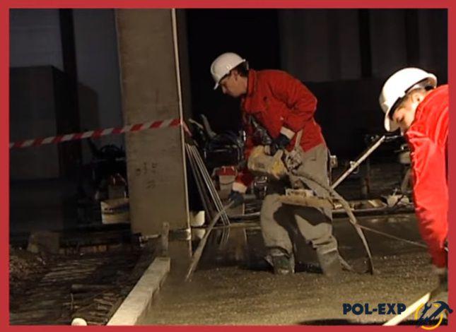 Уплотняют бетонную смесь вибратором