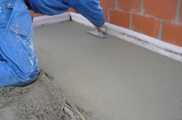 Укладка полусухой стяжки требует тщательной утрамбовки материала