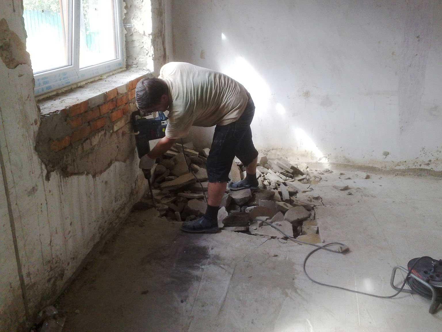 Демонтаж стяжки пола отбойным молотком
