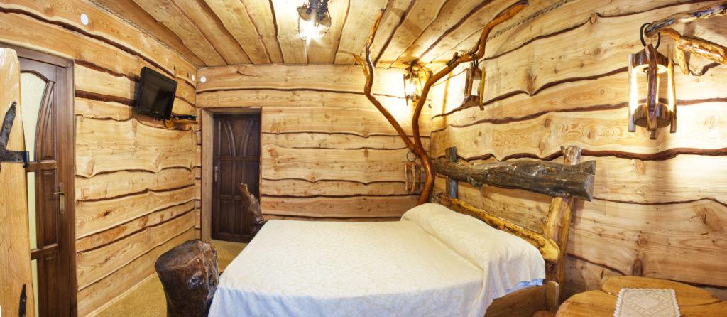 Настильный потолок из необрезной доски