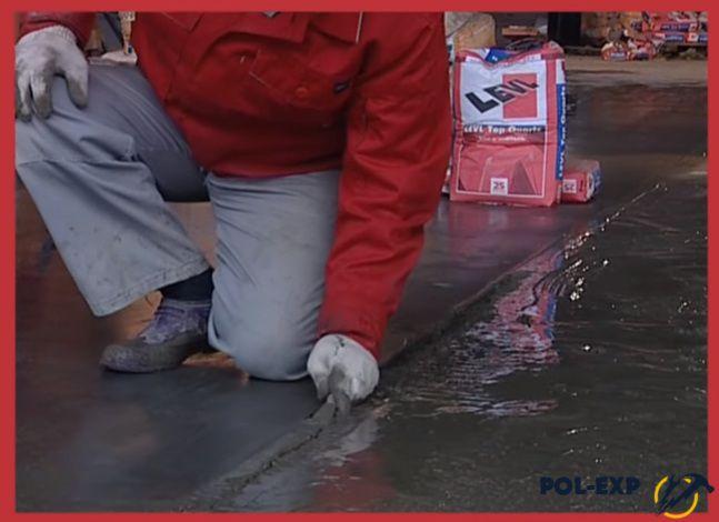 Вынимают бетонную смесь