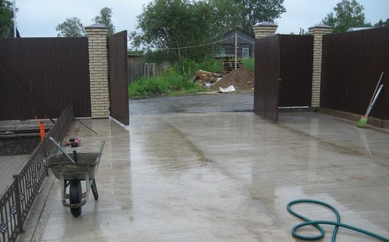 Уход за бетонным покрытием двора частного дома