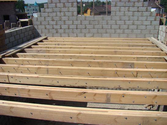 На деревянные балки укладывается горизонтальная опора для опалубки.